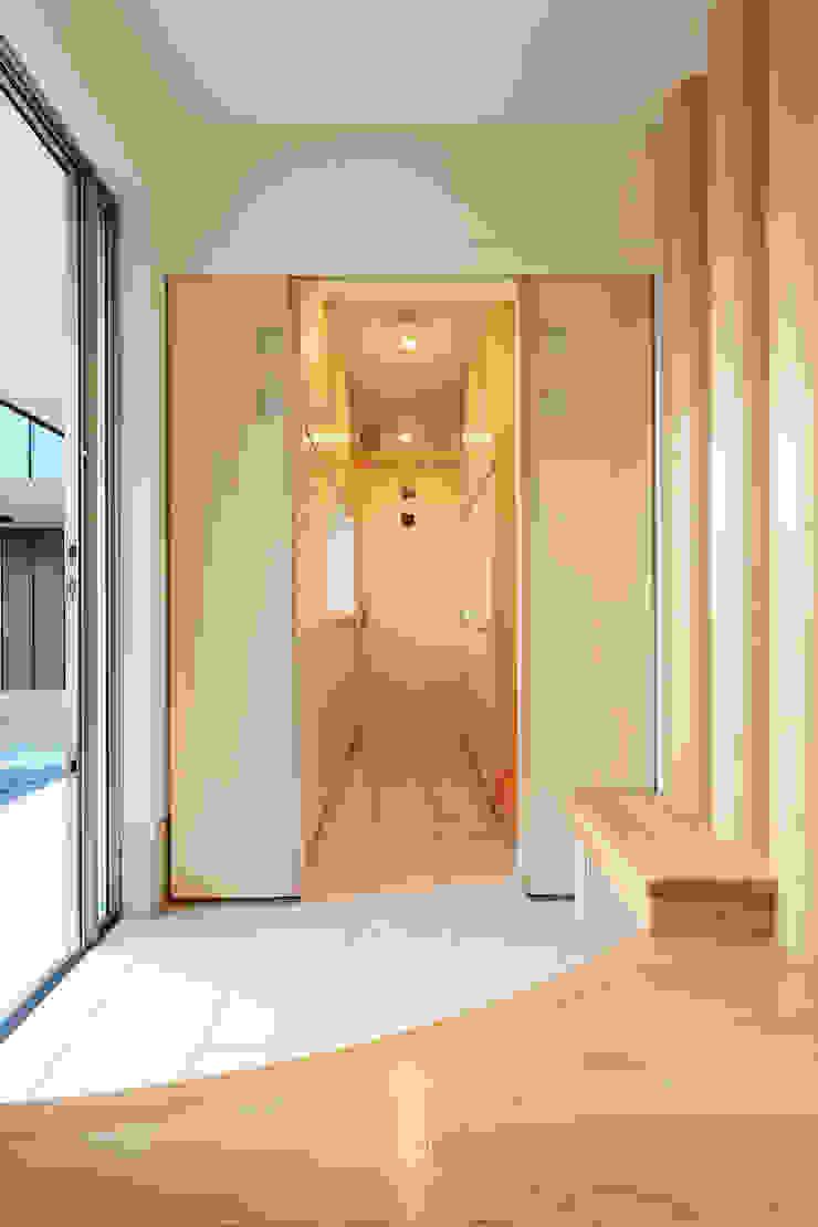 シューズインクローゼットへ入っていきます モダンスタイルの 玄関&廊下&階段 の 守山登建築研究所 モダン