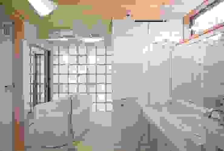 Baños de estilo ecléctico de 有限会社加々美明建築設計室 Ecléctico