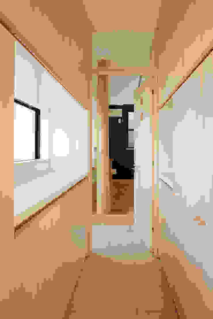 シューズインクローゼットから書斎を見る モダンスタイルの 玄関&廊下&階段 の 守山登建築研究所 モダン