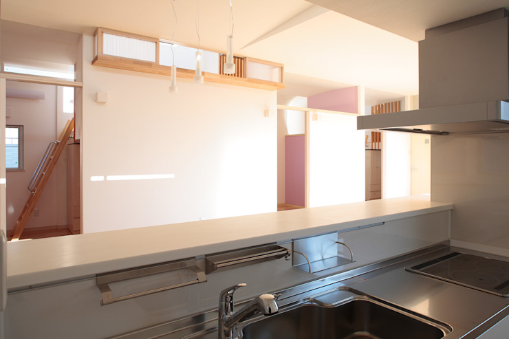 キッチンからダイニングを通して子供部屋を観る モダンな キッチン の 守山登建築研究所 モダン