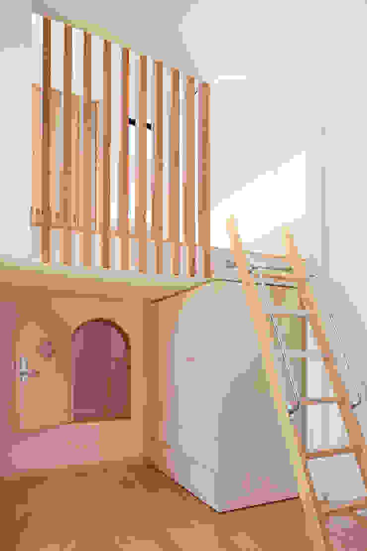小扉の使い方 モダンデザインの 子供部屋 の 守山登建築研究所 モダン