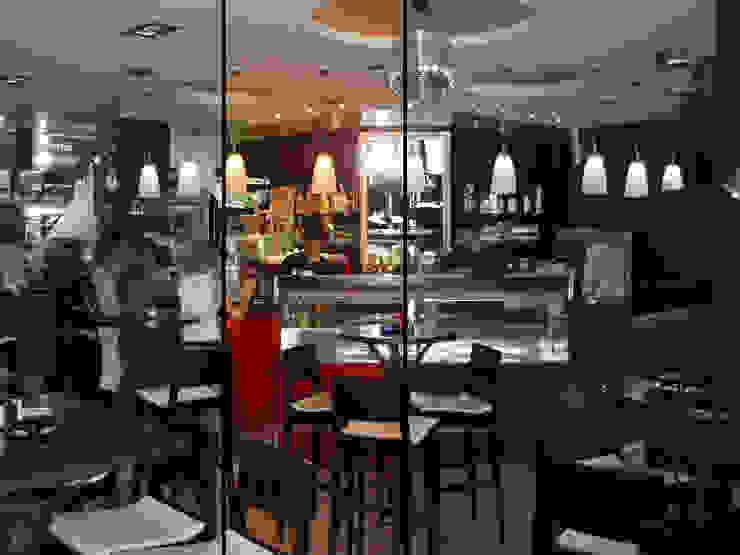 Bar/caffé/Lounge con il giardino d'inverno Gastronomia in stile moderno di Studio d'arte e architettura Ana D'Apuzzo Moderno