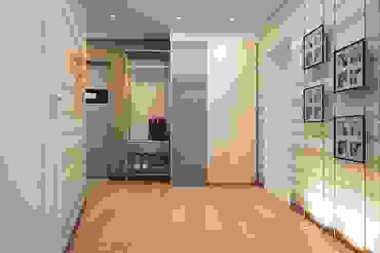 Простота и функциональность современного жилья Коридор, прихожая и лестница в стиле минимализм от STONE design Минимализм