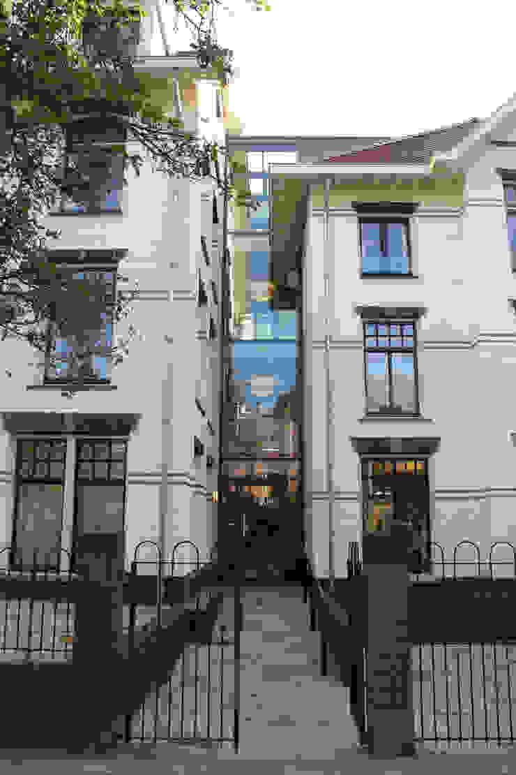 Glazen 'transport-strook' Klassieke huizen van OX architecten Klassiek