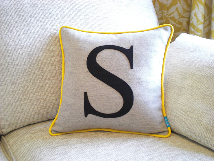 Monogrammed Colour Flash Cushion with Yellow Piping Kate Sproston Design 客廳配件與裝飾品