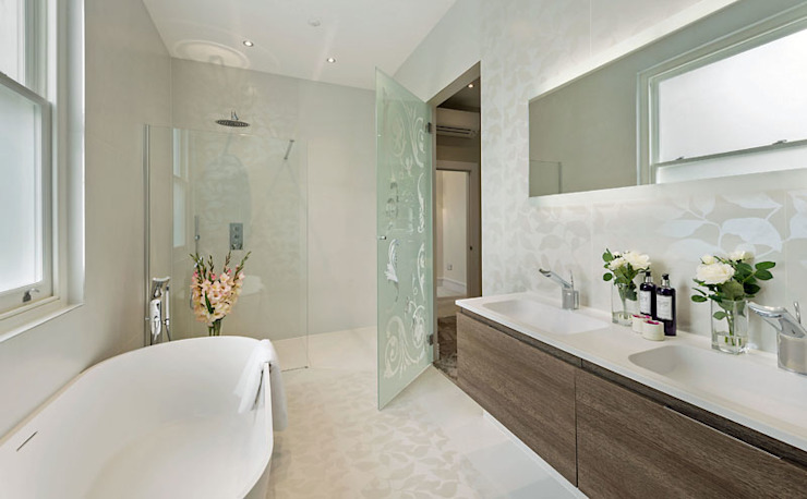 Family bathroom with Porcel-Thin wall and floor tiles de Porcel-Thin Moderno