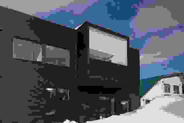中二階が繋ぐ家: 富谷洋介建築設計が手掛けた家です。,