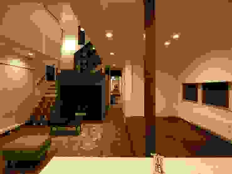 中二階が繋ぐ家: 富谷洋介建築設計が手掛けたリビングです。,