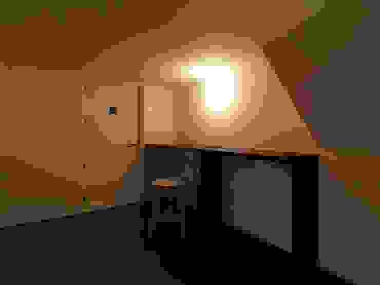 中二階が繋ぐ家: 富谷洋介建築設計が手掛けた書斎です。,