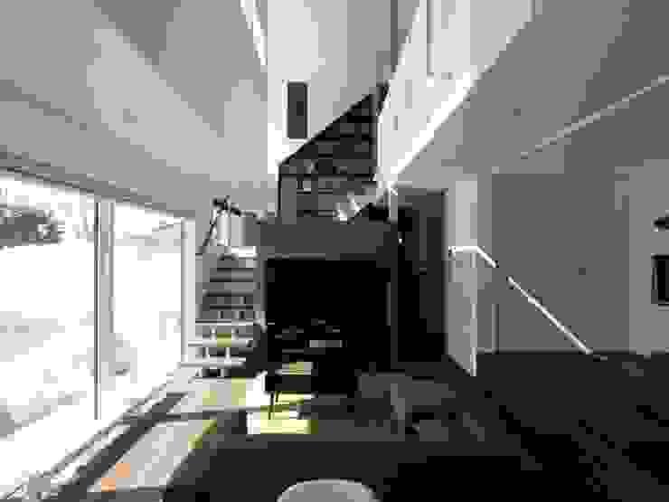 中二階が繋ぐ家 ミニマルデザインの リビング の 富谷洋介建築設計 ミニマル