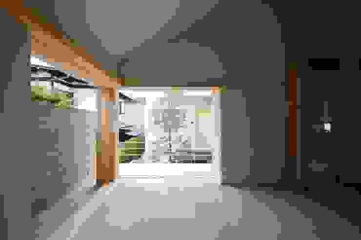 全開できる木製サッシを開け放すと中庭と一体になるリビング! クラシックデザインの リビング の 根岸達己建築室 クラシック 無垢材 多色