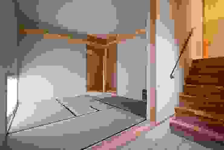 玄関と一体の茶室(和室) モダンデザインの 多目的室 の 根岸達己建築室 モダン