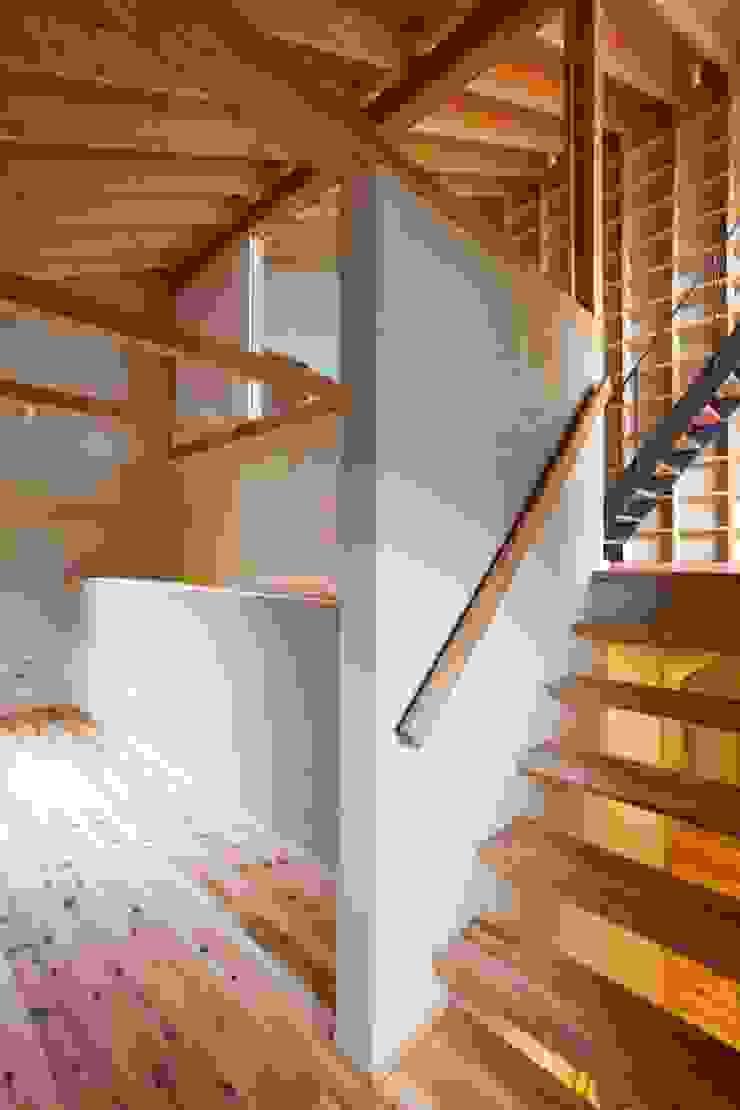 スキップフロアでタテ・ヨコ・ナナメが繋がります! クラシックデザインの 書斎 の 根岸達己建築室 クラシック 無垢材 多色
