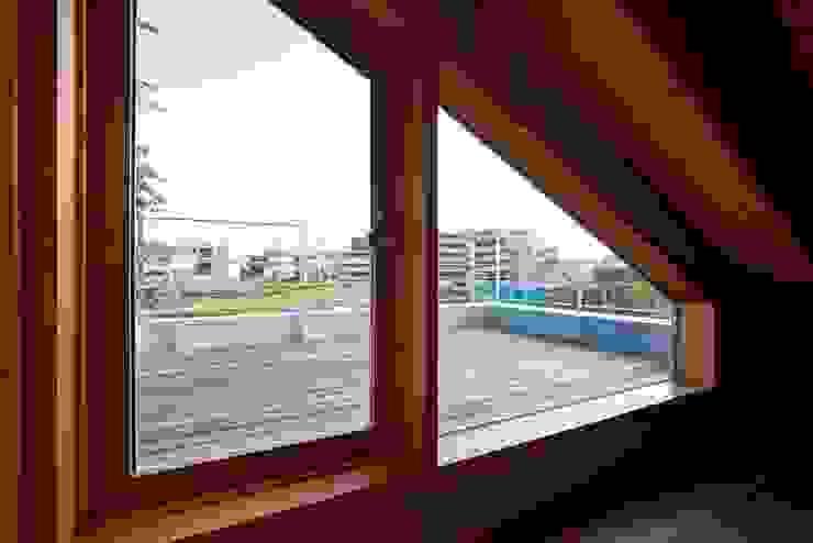 ビールを飲むために造った屋上!ちょっぴり贅沢なゆとり空間。 クラシックデザインの テラス の 根岸達己建築室 クラシック 無垢材 多色