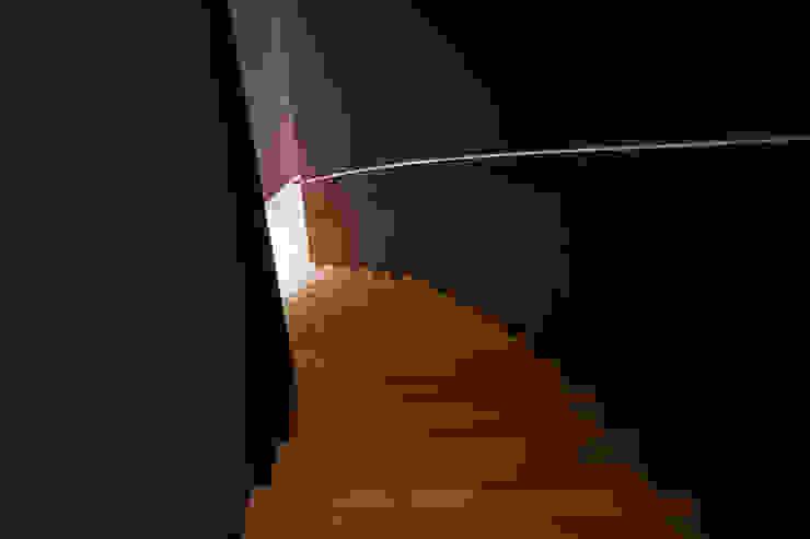 ゲストエリアへと下る曲面階段 の PODA モダン