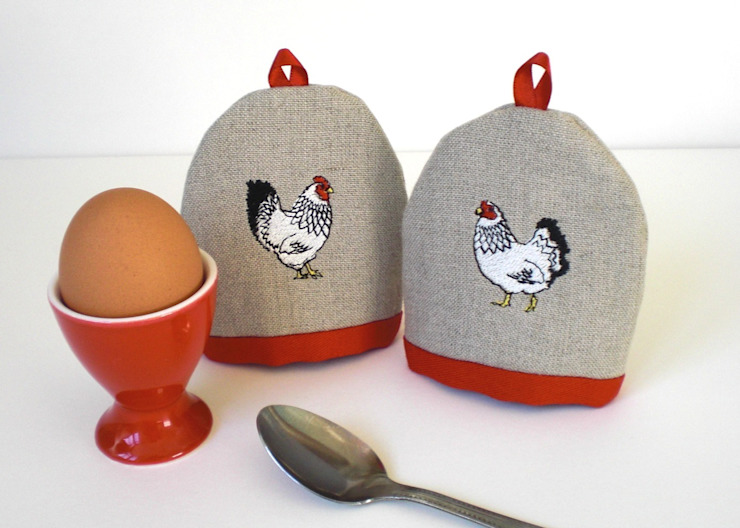 Mr & Mrs Chicken Embroidered Egg Cosies de Kate Sproston Design Rural
