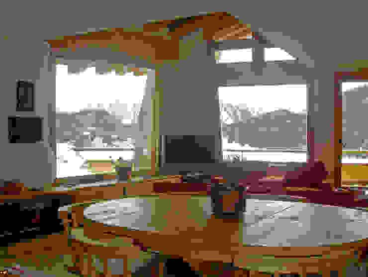 una grande vetrata affacciata sul lago di St. Moritz, Svizzera Sala da pranzo moderna di BIFFI BONATO CLAUSETTI ARCHITETTI Moderno