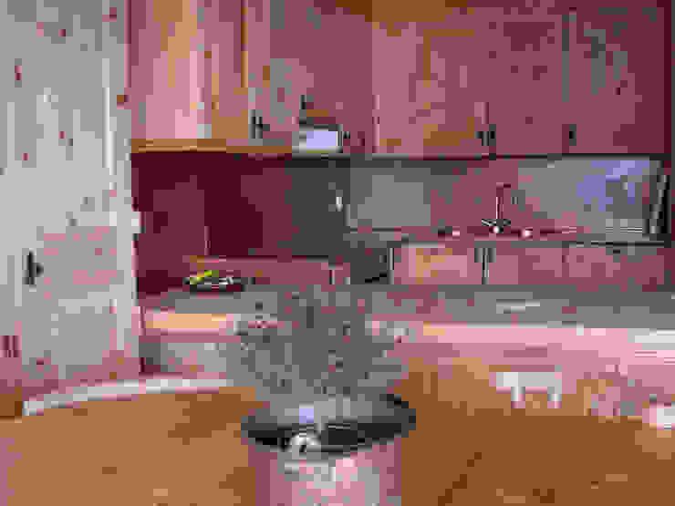 una grande vetrata affacciata sul lago di St. Moritz, Svizzera Cucina moderna di BIFFI BONATO CLAUSETTI ARCHITETTI Moderno