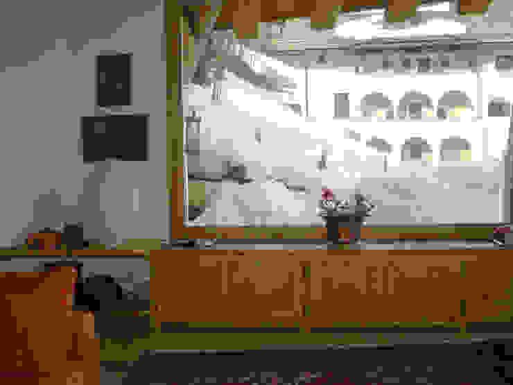 una grande vetrata affacciata sul lago di St. Moritz, Svizzera Soggiorno moderno di BIFFI BONATO CLAUSETTI ARCHITETTI Moderno