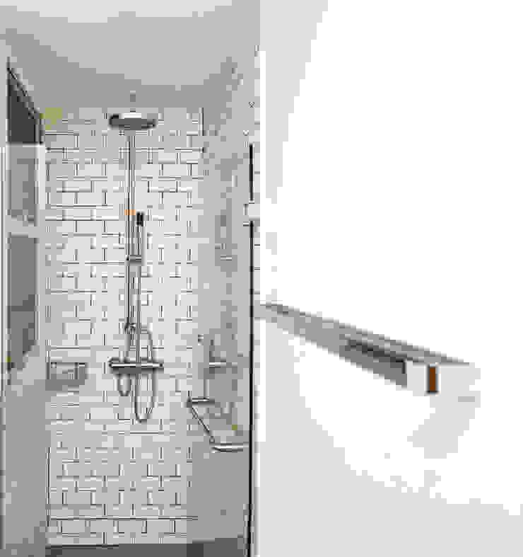 The Bayshore Minimalist style bathroom by Eightytwo Pte Ltd Minimalist