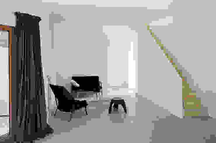 Minimalistische Wohnzimmer von RAUM Minimalistisch