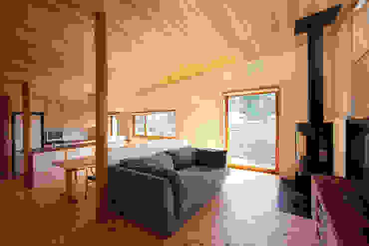Phòng khách phong cách chiết trung bởi 佐藤重徳建築設計事務所 Chiết trung