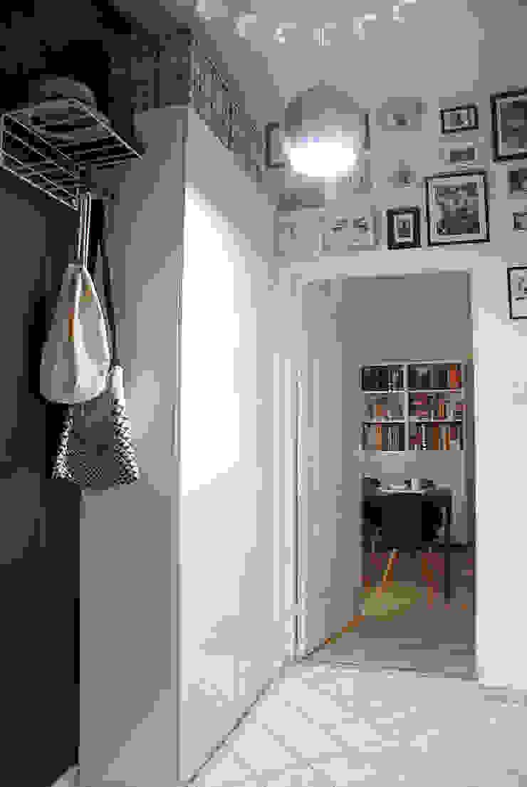 MIESZKANIE W KAMIENICY W CENTRUM SZCZECINA Skandynawski pokój multimedialny od studio projektowe KODA design Dawid Kotuła Skandynawski