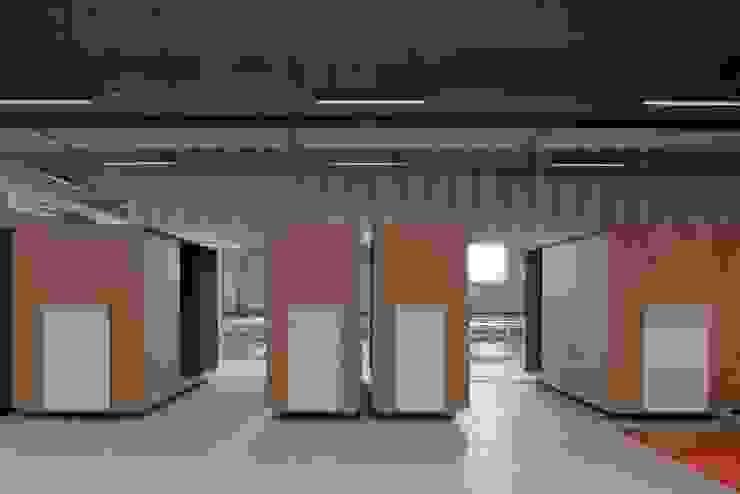 Suivez le guide Minimalistische kantoor- & winkelruimten van FIVE AM Minimalistisch