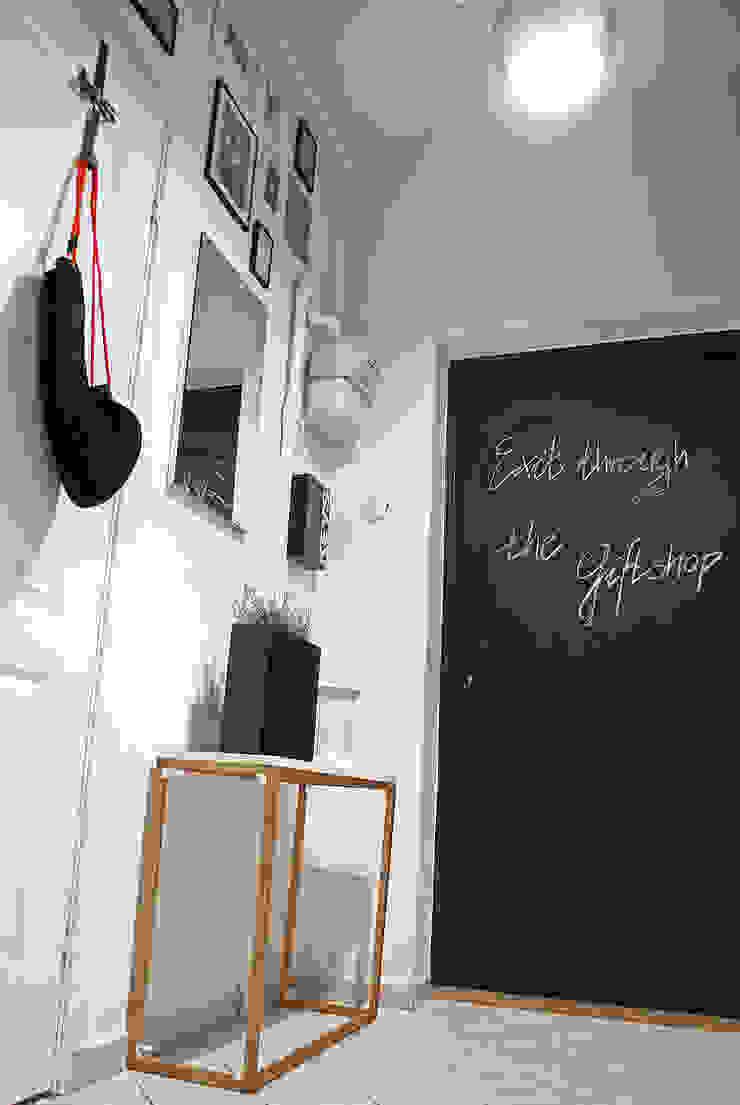 MIESZKANIE W KAMIENICY W CENTRUM SZCZECINA Skandynawski korytarz, przedpokój i schody od studio projektowe KODA design Dawid Kotuła Skandynawski