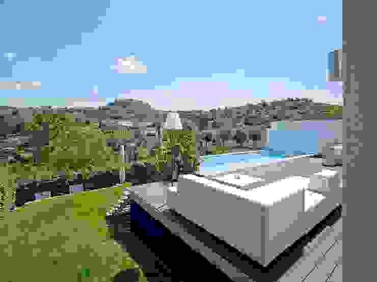 Haus mit Blick in die Weinberge und Pool Moderne Pools von Rosenberger + Neidhardt Modern