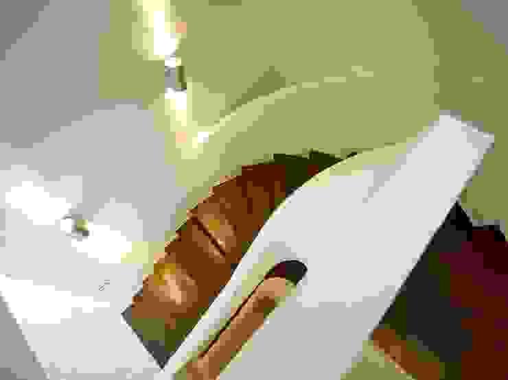 Haus mit Blick in die Weinberge und Pool Moderner Flur, Diele & Treppenhaus von Rosenberger + Neidhardt Modern