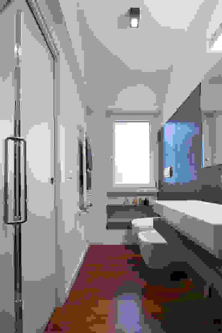 Baños de estilo moderno de Archifacturing Moderno