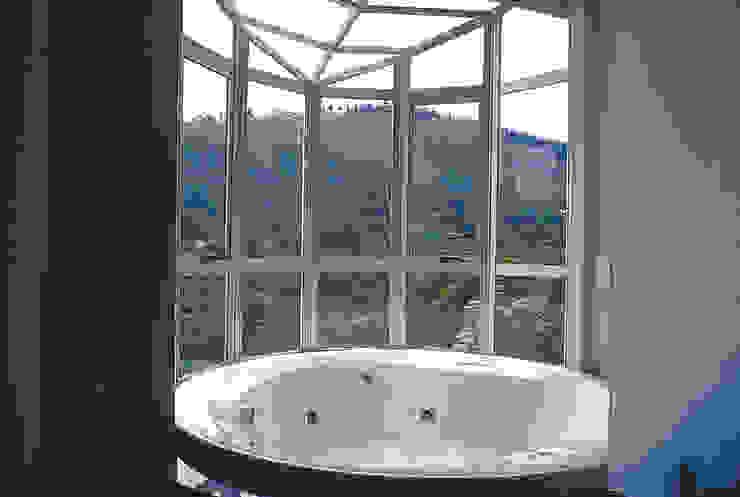 Casa Serrana por Joao Diniz Arquitetura Banheiros modernos por JOAO DINIZ ARQUITETURA Moderno