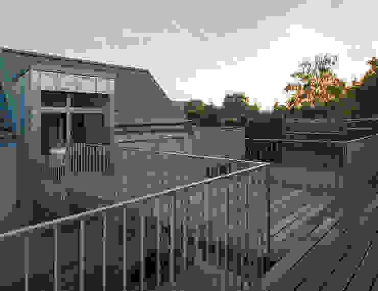 Brücke über dem Innenhof Moderner Balkon, Veranda & Terrasse von Abendroth Architekten Modern