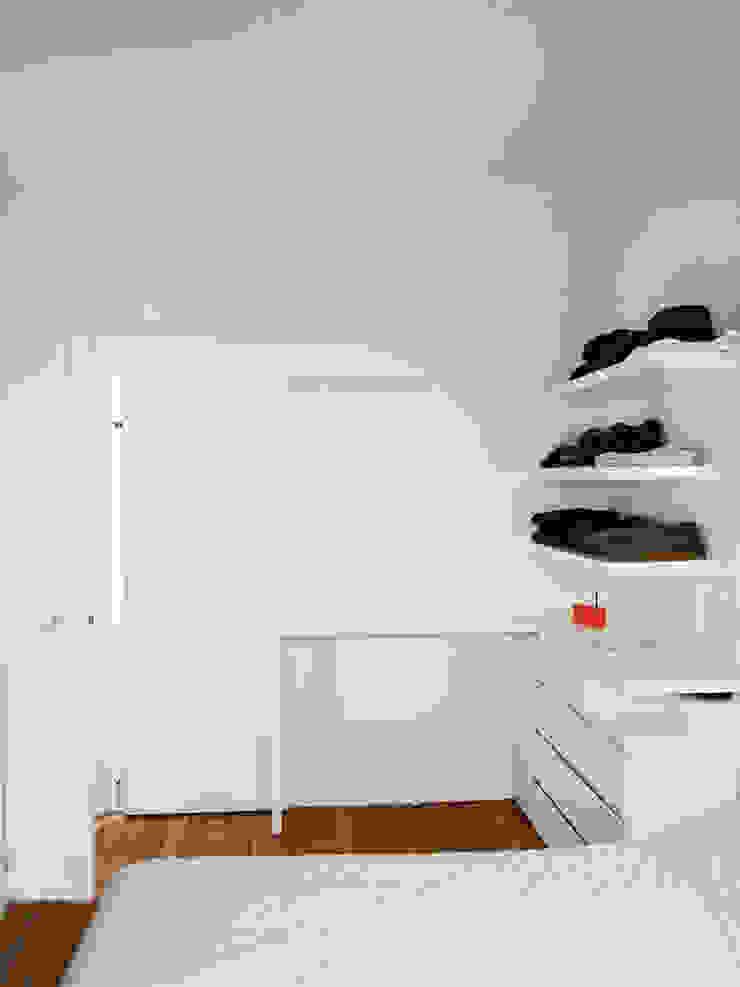 Minimalist dressing room by Thibaudeau Architecte Minimalist