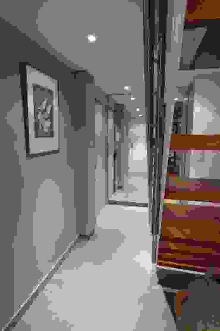 garnault Modern corridor, hallway & stairs