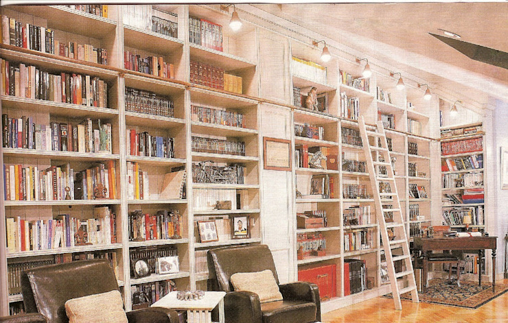 Librería lacada con escalera de PACO SANTACREU, S.L. Moderno
