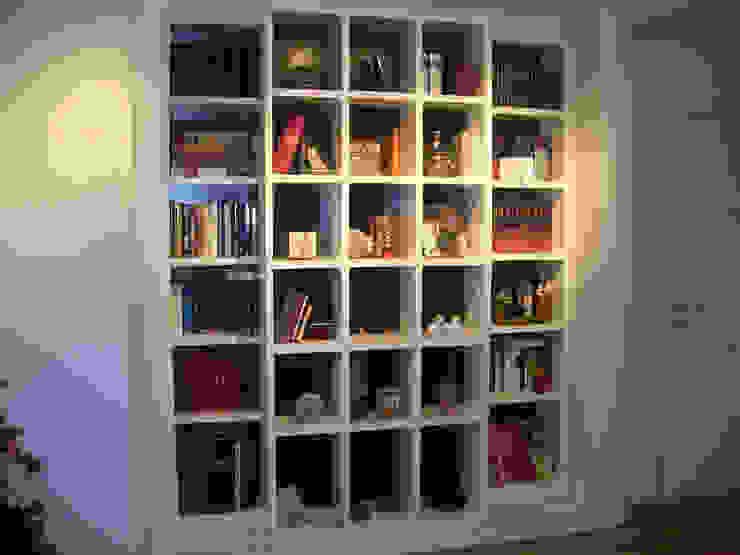Librería lacada en 2 tonos de PACO SANTACREU, S.L. Moderno