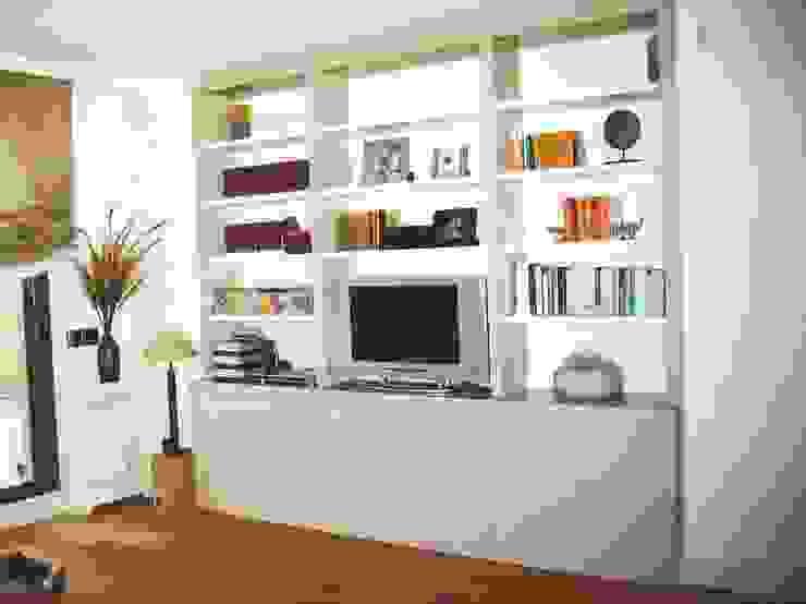 Librería lacada en 2 tonos con puertas de PACO SANTACREU, S.L. Moderno
