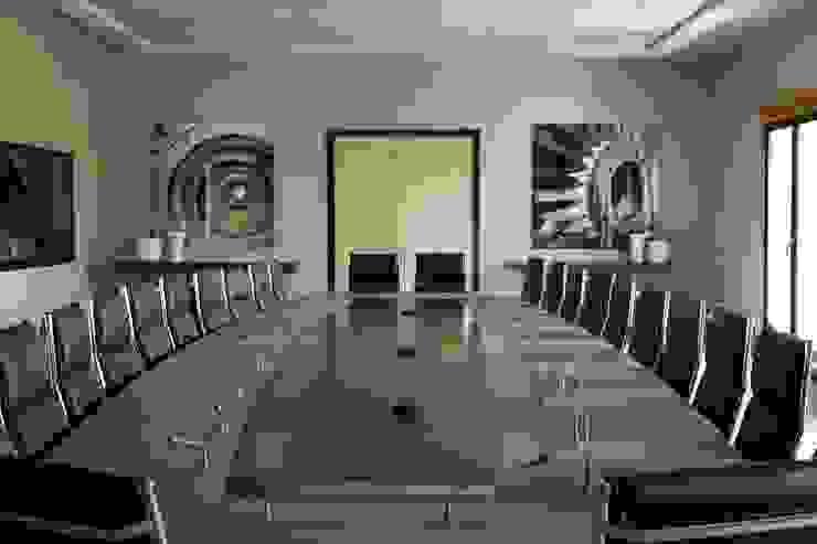 Mesa de juntas barnizada y lacada de PACO SANTACREU, S.L. Moderno