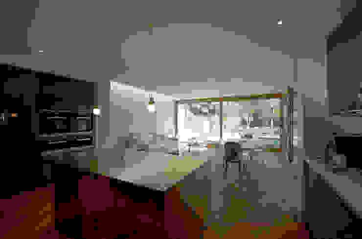 Kitchen island covered in brass Modern kitchen by Designcubed Modern