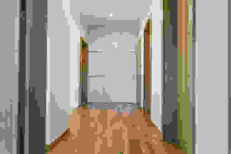 SWC Minimalistyczny korytarz, przedpokój i schody od Och_Ach_Concept Minimalistyczny