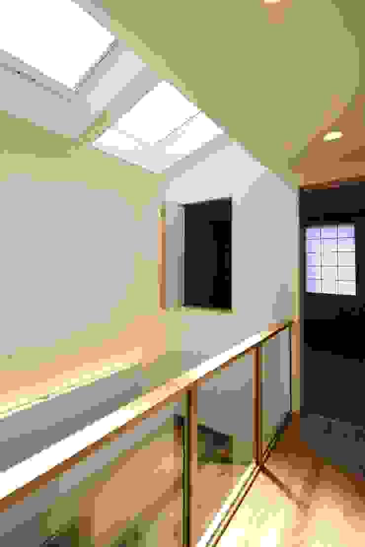 東金町の家【House Higashikanamachi】 モダンスタイルの 玄関&廊下&階段 の Nieda Architects モダン