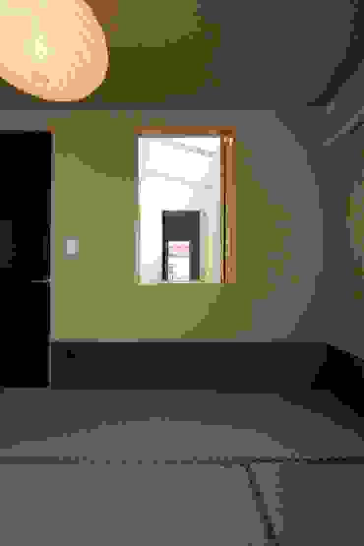 東金町の家【House Higashikanamachi】 モダンデザインの 多目的室 の Nieda Architects モダン
