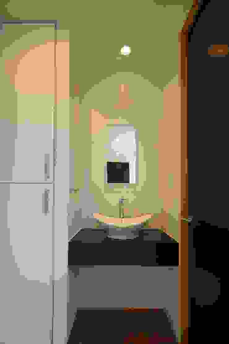 東金町の家【House Higashikanamachi】 モダンスタイルの お風呂 の Nieda Architects モダン