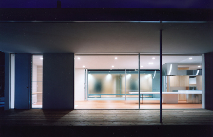 夜景外観写真 モダンな 家 の 小平惠一建築研究所 モダン