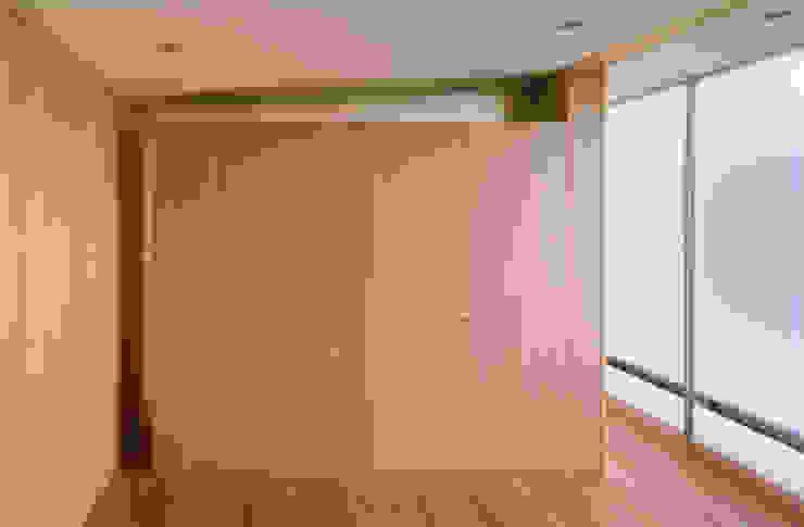 個室 モダンスタイルの寝室 の 小平惠一建築研究所 モダン