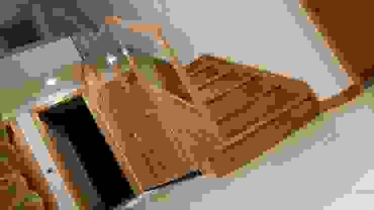 Yıldız  Ahşap merdiven ve küpeşte – düz dolaplı merdiven: modern tarz , Modern