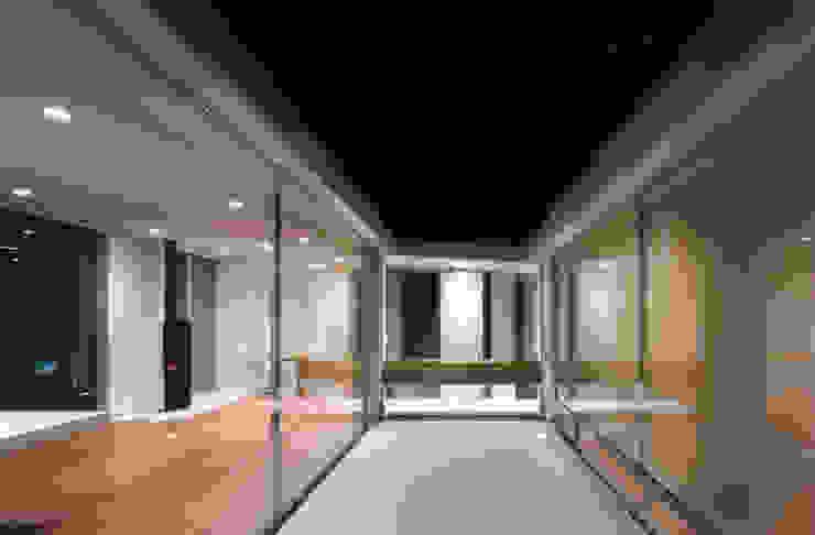 光庭夜景 モダンデザインの テラス の 小平惠一建築研究所 モダン