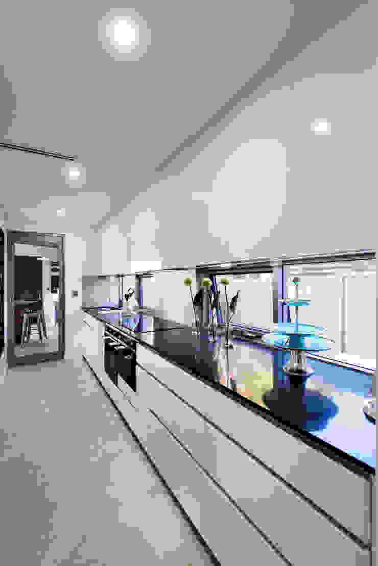Menora Residence Modern kitchen by Moda Interiors Modern